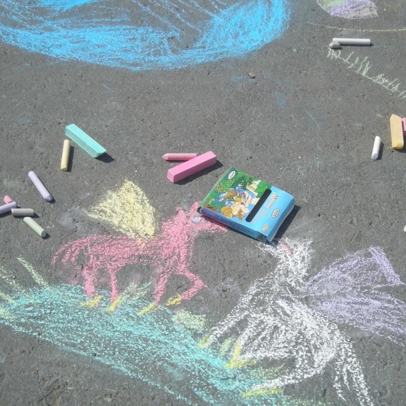 <center><b>Ямы на дороге украсили рисунками цветов</center></b>