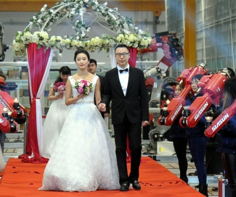 <center><b>В китайском ЗАГСе появились первые робосотрудники</center></b>