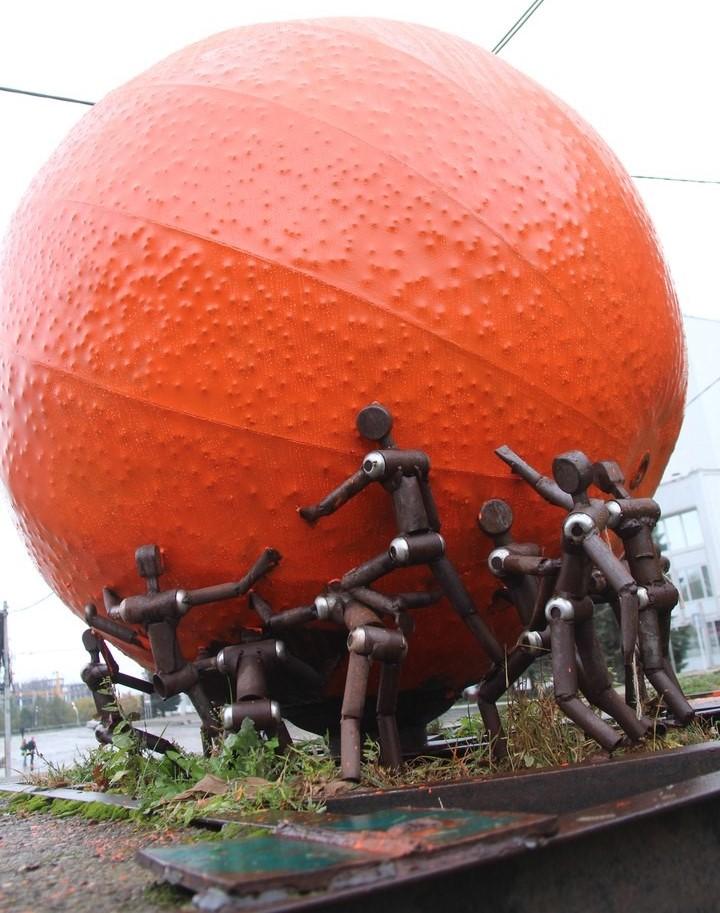 Скандальная скульптура апельсина из Ижевска