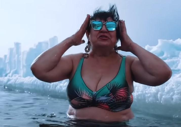 Бабушка из Иркутска зачитала рэп про пенсии и окунулась в Байкал