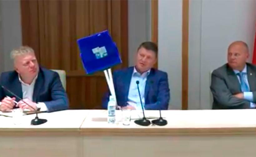Красноярским чиновникам вручили «мётлы-погоняйки»