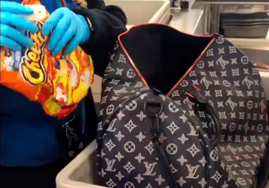 Девушку задержали за контрабанду чипсов (видео)