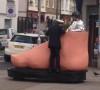 <center><b>Огромная ступня проехалась по Лондону</center></b>