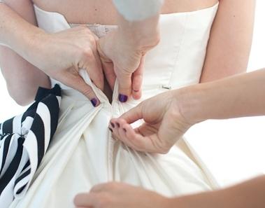 <center><b>Невеста вышла замуж в платье весом 63 килограмма</center></b>