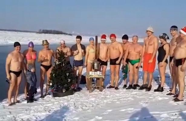 Хабаровские моржи уже отпраздновали Новый год