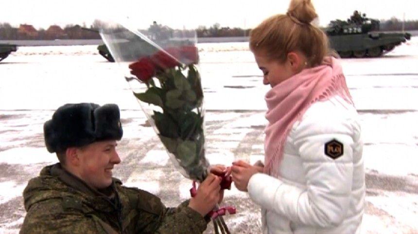 Российский военный сделал предложение девушке с помощью танков