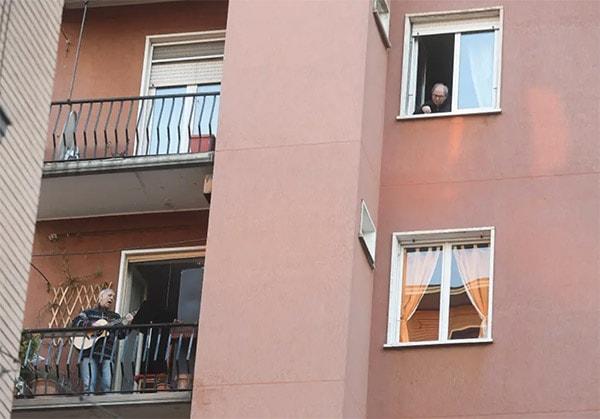 Израильских молодоженов во время карантина поддержали соседи-музыканты