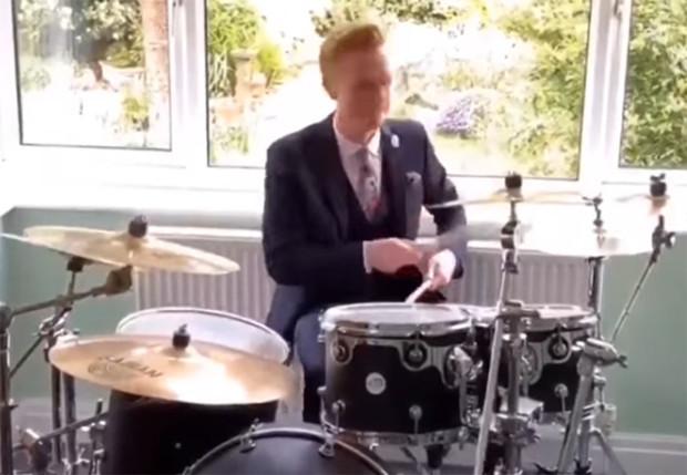 Ведущий прогноза погоды сыграл на барабанах и прославился
