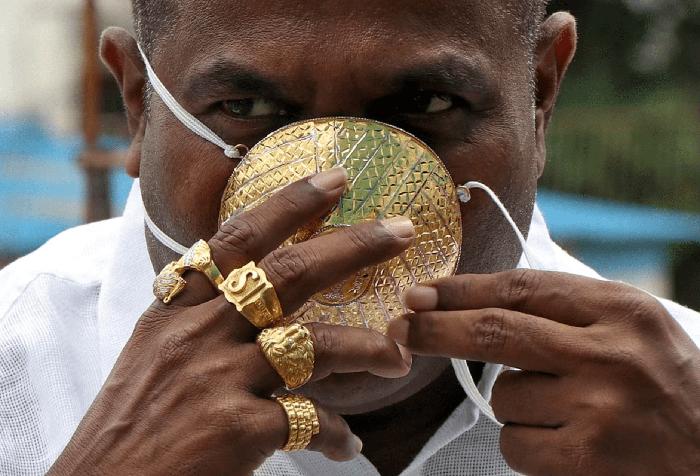 Индиец купил золотую маску от коронавируса