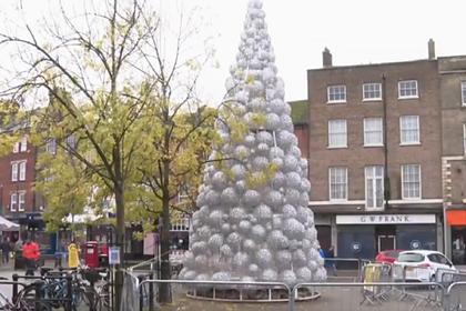 Британцам не понравилась дареная елка