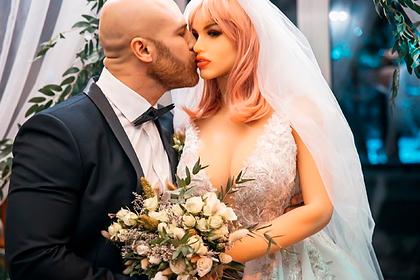 Казахстанец женился на надувной кукле