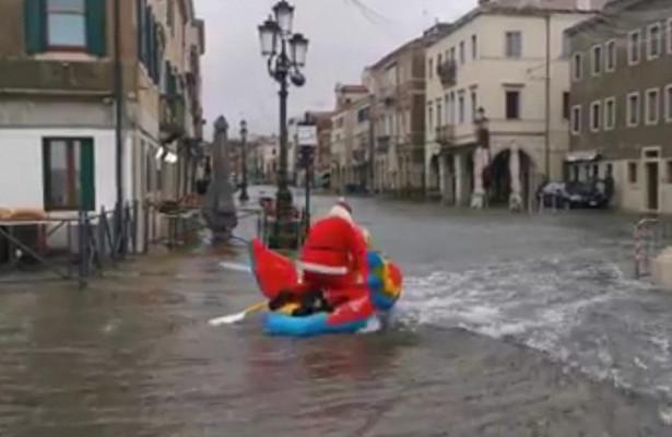 В Венеции Санта Клаус сплавился на попугае