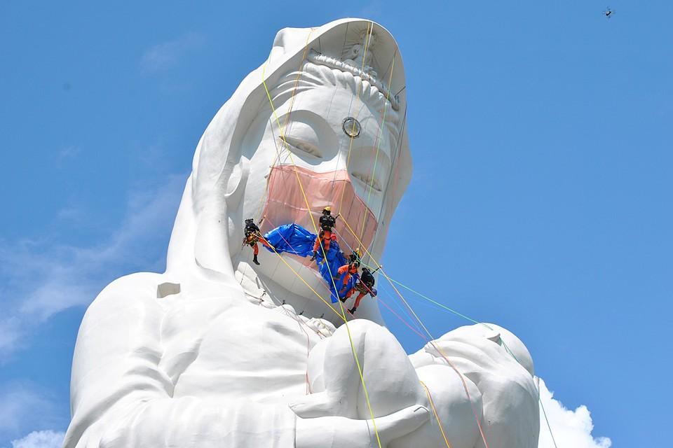 Японская богиня надела маску